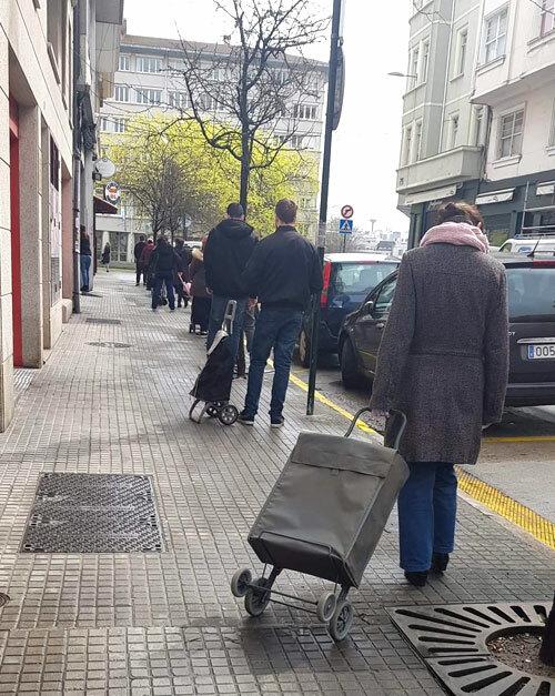 Người dân thành phố Coruña, vùng Valencia, đứng cách nhau 2 m, mang găng tay và đeo khẩu trang khi đi mua hàng. Ảnh:Thanh Hằng.