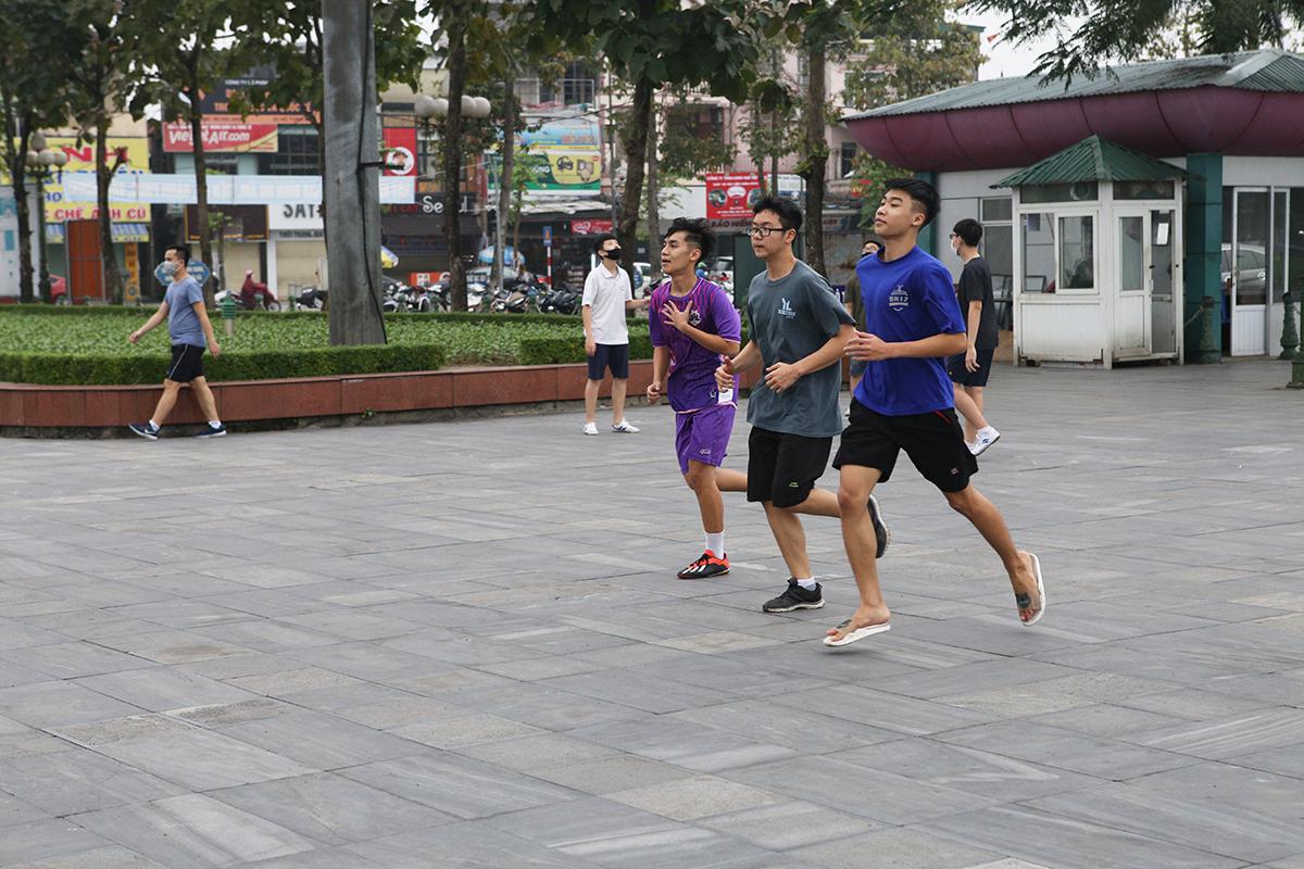 TNhoms thanh niên chạy thể dục tại quảng trường Hồ Chí Minh chiều 3/4. Ảnh: Nguyễn Hải.