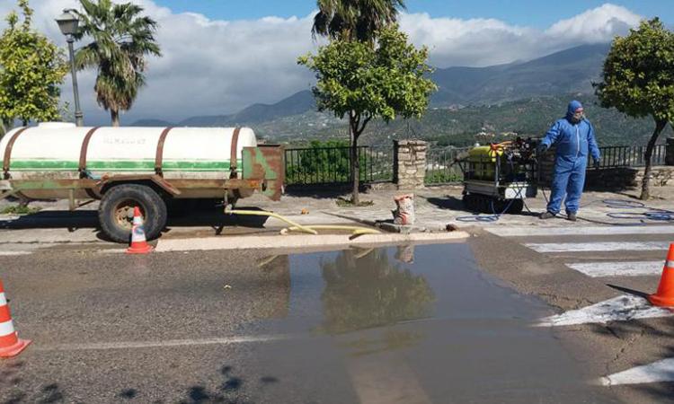 Xe đi qua trạm kiểm soát đều được phun nước khử trùng. Ảnh: CNN.