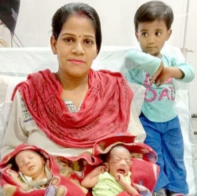 Preeti Verma cùng con gái đầu và hai con song sinh. Ảnh: EPS