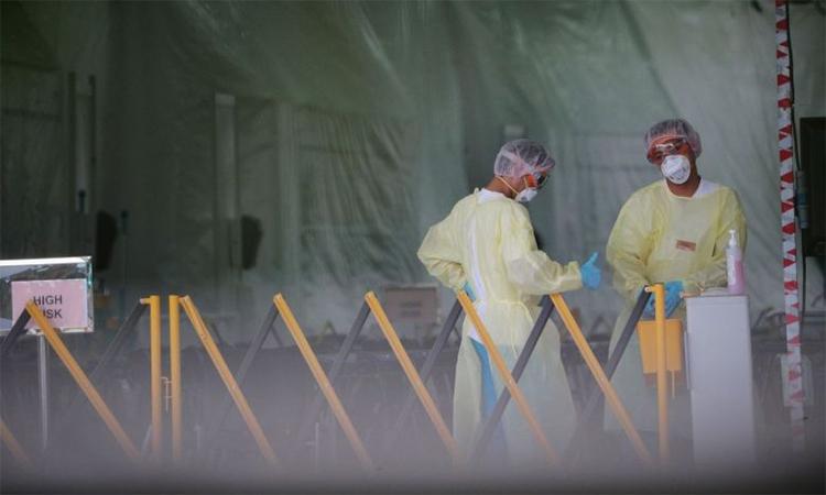 Nhân viên y tế tại khu vực sàng lọc của Trung tâm Bệnh truyền nhiễm Quốc gia Singapore ngày 3/4. Ảnh: ST.