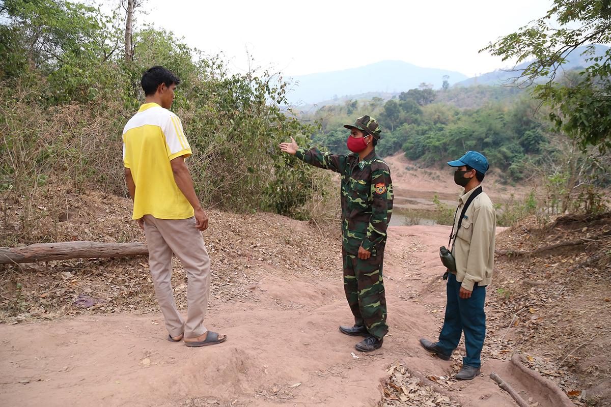 Biên phòng Quảng Trị ngăn một người dân có ý định sang Lào thăm người thân. Ảnh: Hoàng Táo