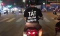 Thanh niên mặc áo nhắc nhở tắt đèn pha