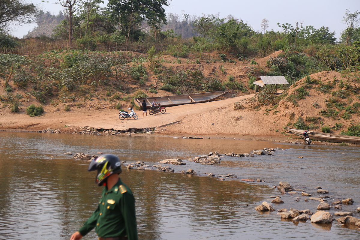 Nước sông Sê Pôn cạn khô khiến việc vượt biên từ Lào vào Việt Nam trở nên dễ dàng. Ảnh: Hoàng Táo