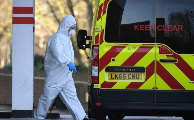 Nhân viên y tế Anh mặc đồ bảo hộ tại Bệnh viện St Thomas ở London hôm 24/3. Ảnh:AFP.