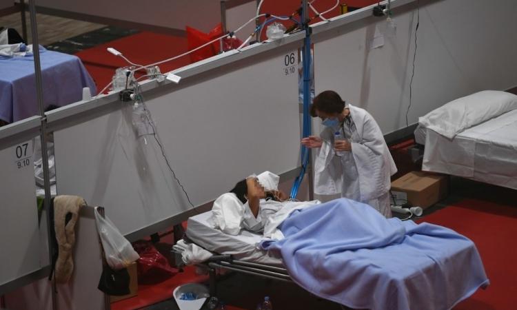 Nhân viên y tế Tây Ban Nha trò chuyện với một bệnh nhân tại bệnh viện dã chiến ở Madrid hôm 3/4. Ảnh: AFP.
