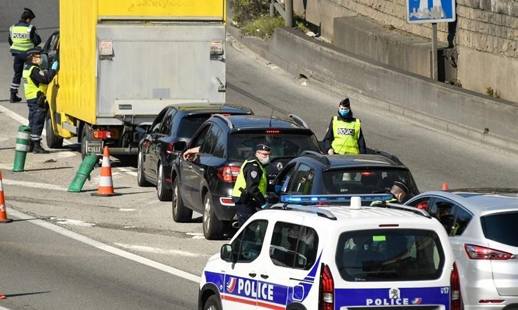 Cảnh sát kiểm tra các phương tiện trong bối cảnh Pháp đang bị phong tỏa nhằm ngăn chặn nCoV lây lan. Ảnh: AFP.