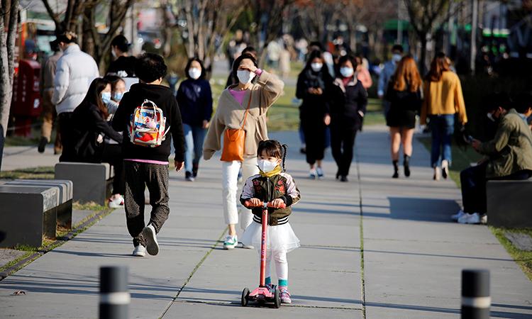 Người dân Seoul bắt đầu đổ ra đường khi thời tiết ấm lên hôm 3/4. Ảnh: Reuters.