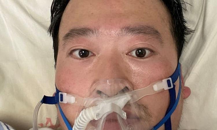 Bác sĩ Lý Văn Lượng được điều trị tại Bệnh viện Trung tâm Vũ Hán hôm 4/2. Ảnh: Reuters.