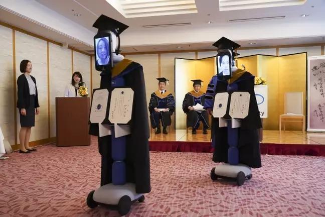 Robot thay sinh viên nhận bằng tốt nghiệp. Ảnh: The Business Breakthrough University.