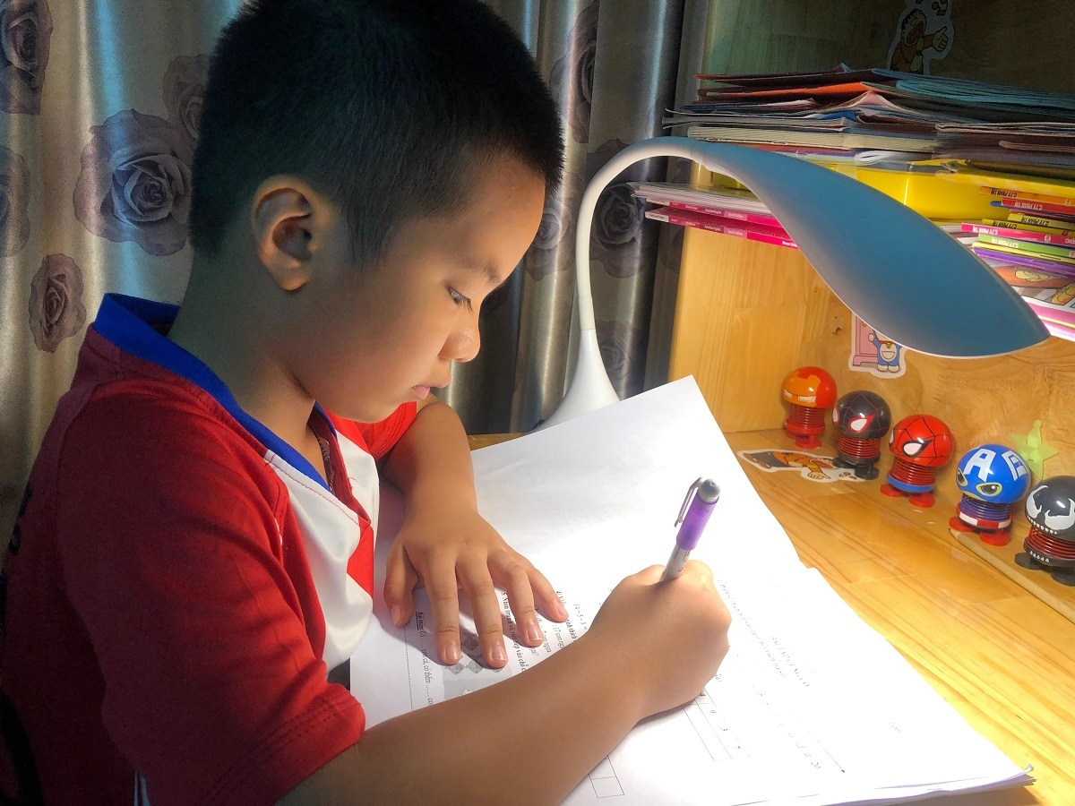 Con trai anh Lê Hồng Phong trong giờ học tại nhà. Ảnh: Thảo Nguyên.