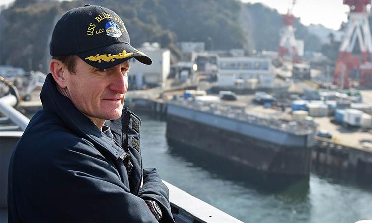 Cựu hạm trưởng tàu sân bay Brett Crozier trên boong tàu chỉ huy USS Blue Ridge tại Yokosuka, Nhật Bản tháng 1/2018, khi đó ông chỉ huy kỳ hạm của Hạm đội 7 hải quân Mỹ. Ảnh: US Navy.