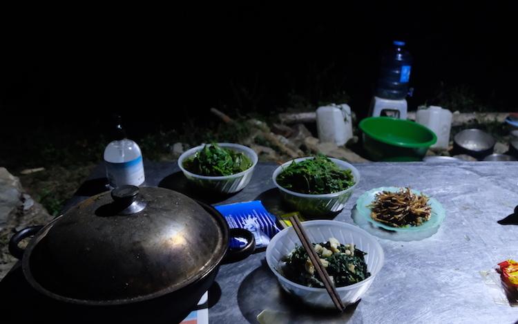 Bữa tối của bộ đội chốt 168, đồn Biên phòng Tả Gia Khâu, Mường Khương, với món rau rừng được hái dọc đường tuần tra. Ảnh: Hoàng Thuỳ