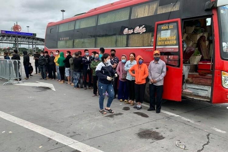 Xe ôtô chở 30 người đi trên cao tốc Pháp Vân-Cầu Giẽ. Ảnh: L.N