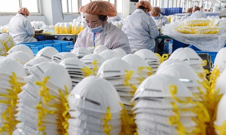 Một nhà máy sản xuất khẩu trang ở Hàm Đan, tỉnh Hồ Bắc, Trung Quốc, hồi cuối tháng hai. Ảnh: AFP.
