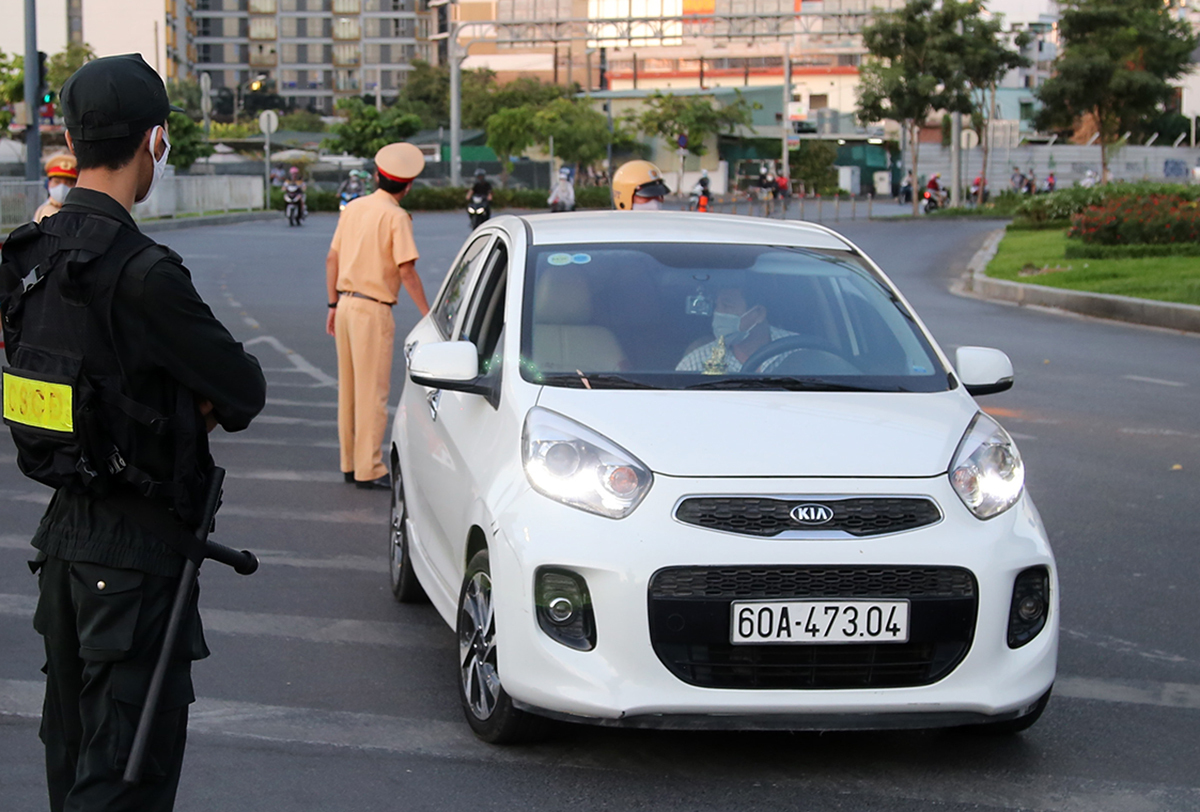 Các xe từ hướng sân bay Tân Sơn Nhất vào nội đô Sài Gòn có dấu hiệu nghi ngờ sẽ bị cảnh sát dừng, kiểm tra. Ảnh: Quốc Thắng.