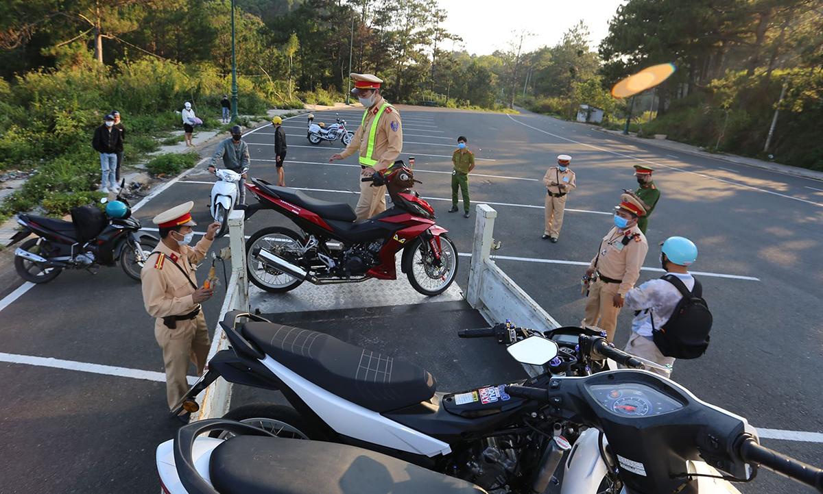 Cảnh sát thu giữ tang vật của nhóm thanh niên đua xe. Ảnh: Khánh Hương