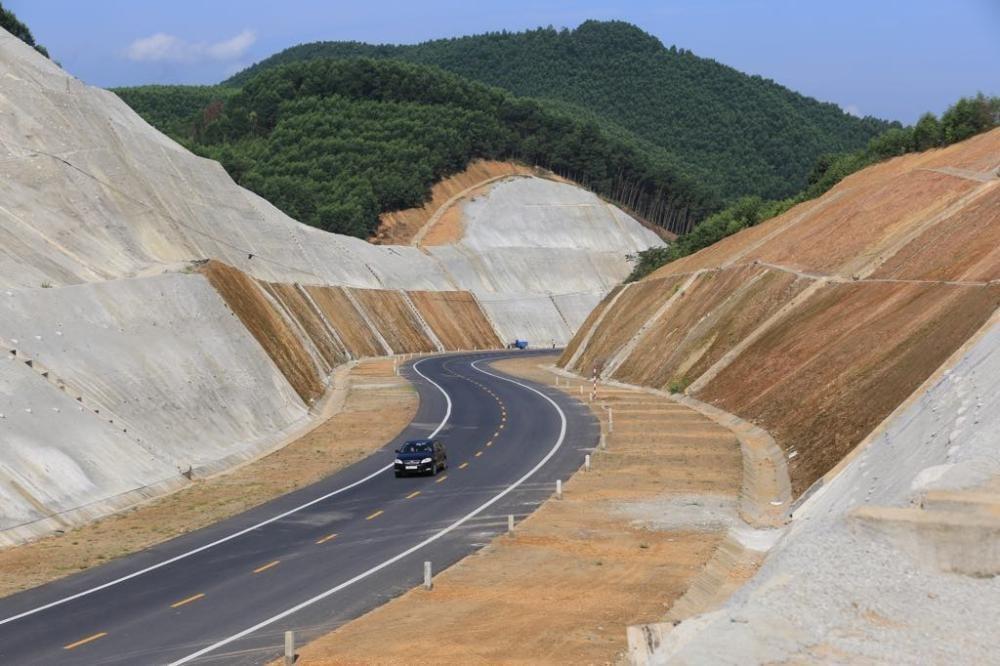 Cao tốc La Sơn - Túy Loan sẽ kết nối với các dự án cao tốc Bắc Nam đang chuẩn bị đầu tư. Ảnh: Võ Thạnh.