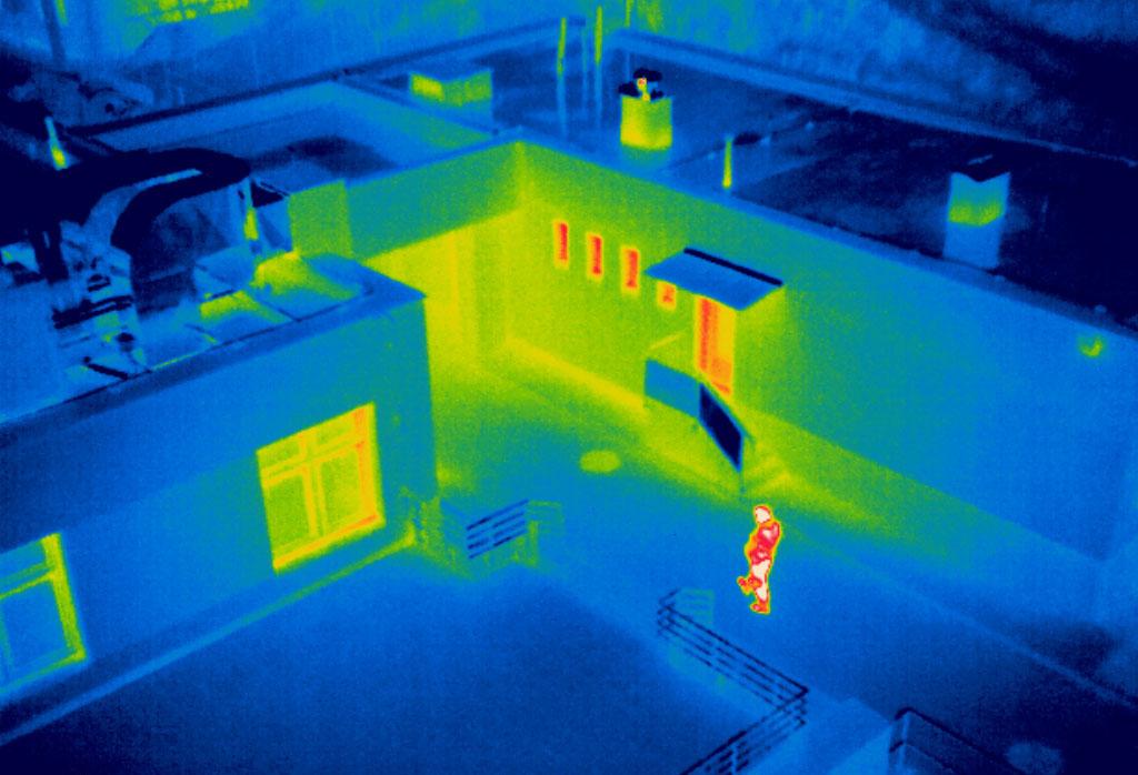 Cảnh sát quận Cherwell dùng camera tầm nhiệt để nhìn trong ban đêm. Ảnh: Ecamsecure.