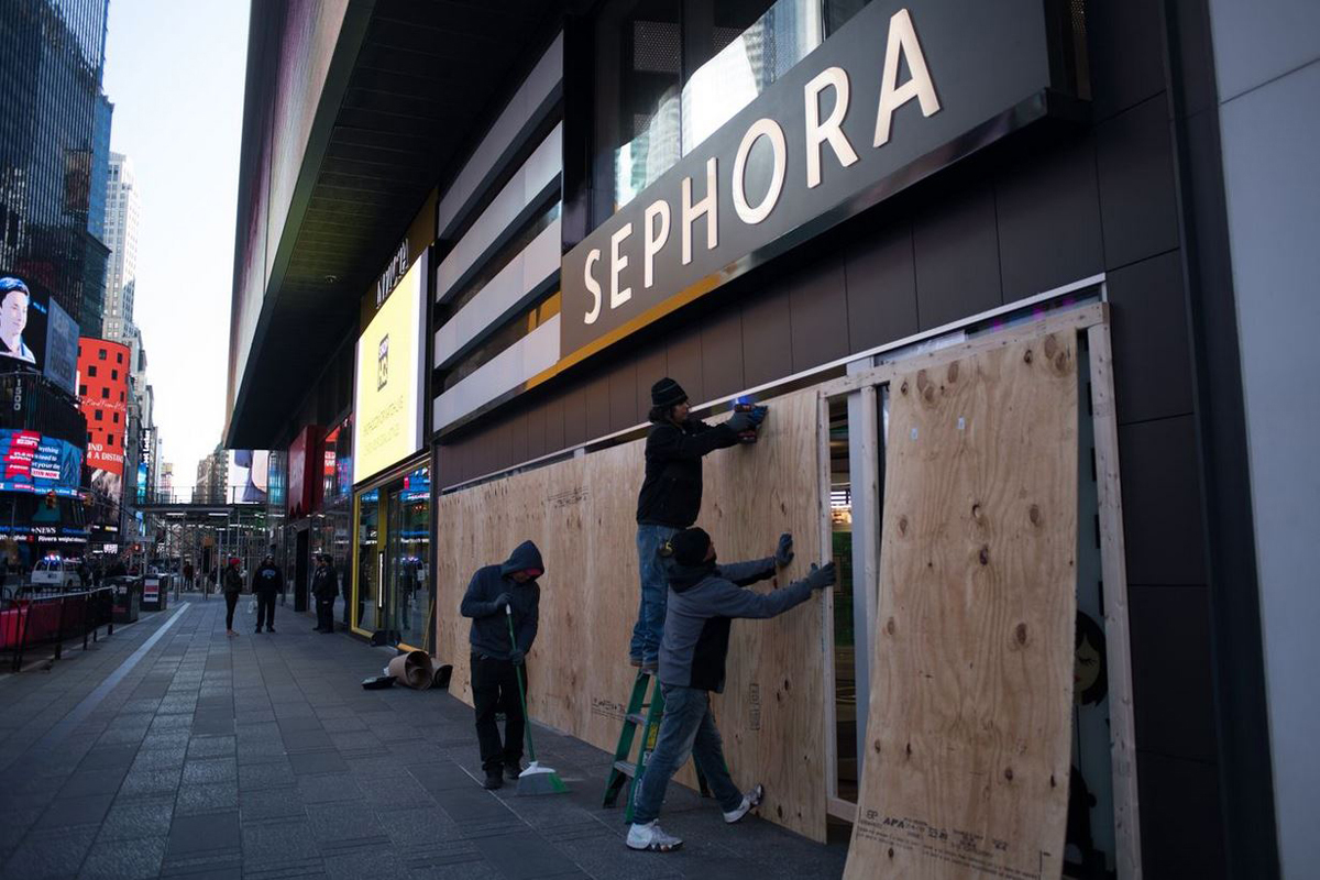 Một cửa hàng bán lẻ bịt cửa ra vào tại Quảng trường Thời đại, thành phố New York. Ảnh: Wall Street Journal.