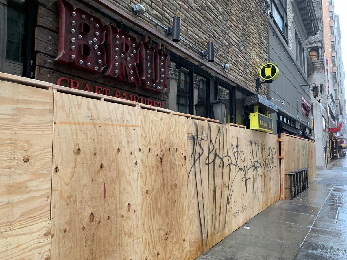 Tường bao một nhà hàng tại Philadelphia bị đánh dấu bằng graffiti chỉ ít lâu sau khi được dựng lên. Ảnh: Philadelphia Inquirer.