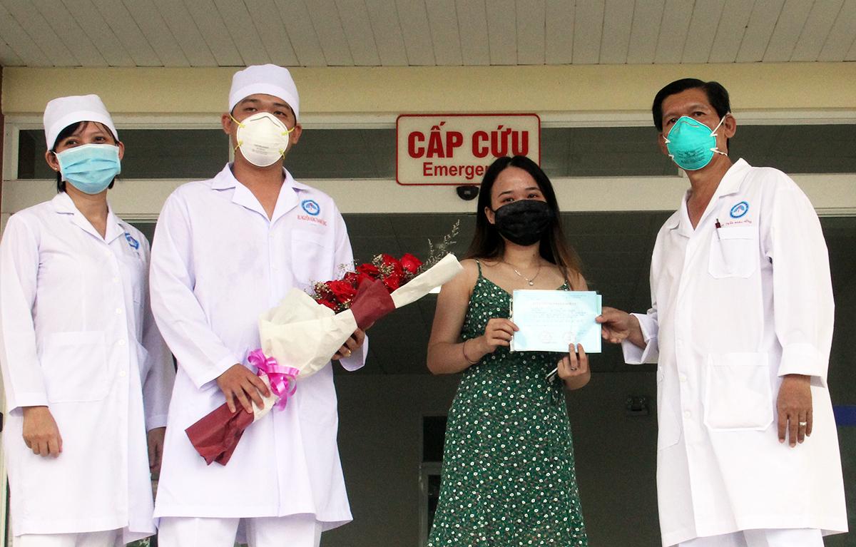 Nữ bệnh nhân chụp hình lưu niệm cùng các y bác sĩ điều trị. Ảnh: Cửu Long
