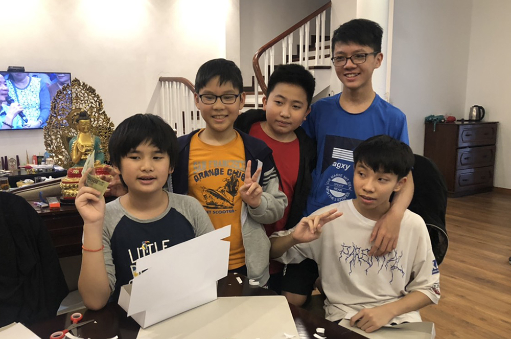 Nguyễn Sam (bìa trái) và các bạn trong nhóm làm bánh. Ảnh: Gia đình cung cấp.