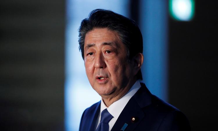 Thủ tướng Abe trong buổi truyền hình trực tiếp chiều 6/4. Ảnh:Reuters.