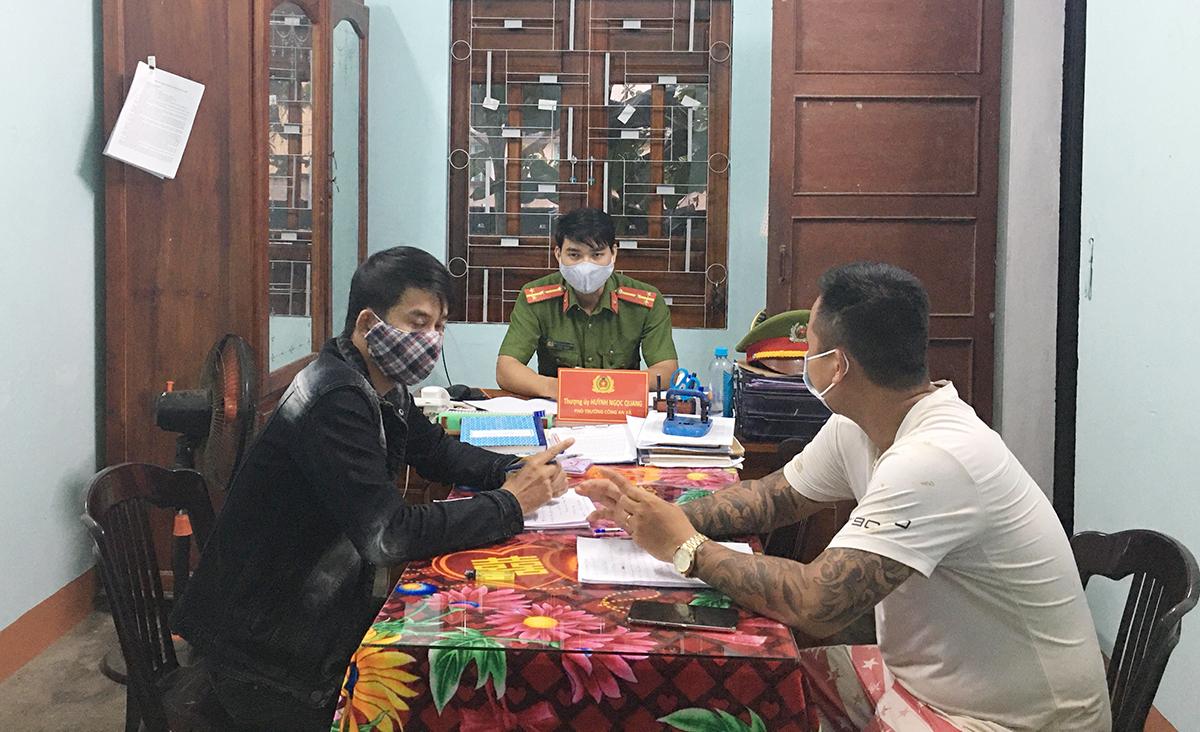 Anh Lương Văn Hùng (áo trắng) làm việc với công an. Ảnh: Châu Hải.