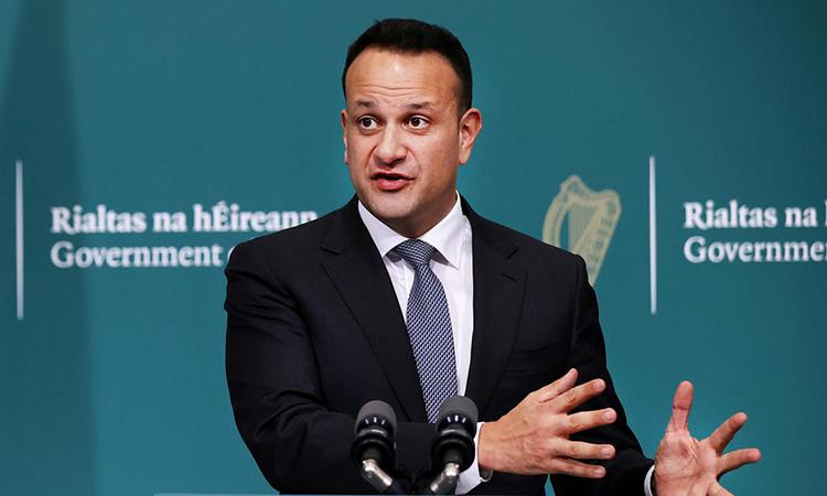 Thủ tướng Taoiseach Leo Varadkar phát biểu trong cuộc họp báo về tình hình dịch Covid-19 ở Tòa nhà Chính phủ tại Dublin, Ireland hôm 24/3. Ảnh: Reuters.
