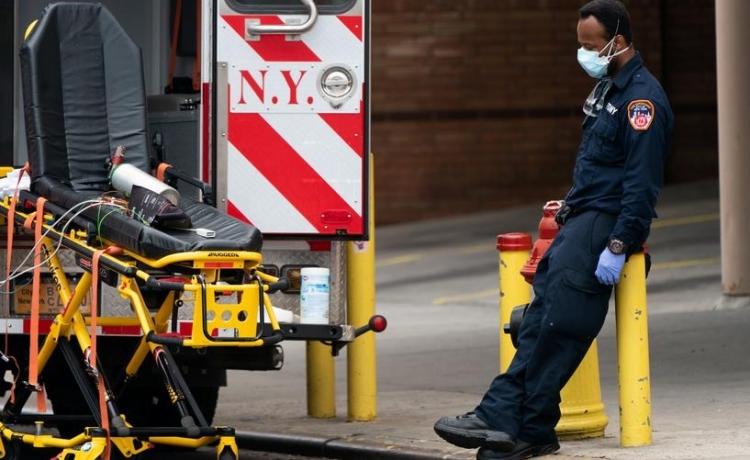 Nhân viên chăm sóc sức khoẻ nghỉ ngơi bên ngoài Trung tâm y tế Wyckoff Heights ở New York, Mỹ, hôm 5/4. Ảnh: Reuters.