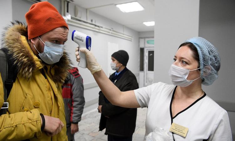 Kiểm tra thân nhiệt tại một bệnh viện ở Moskva hôm 2/4. Ảnh: AFP.