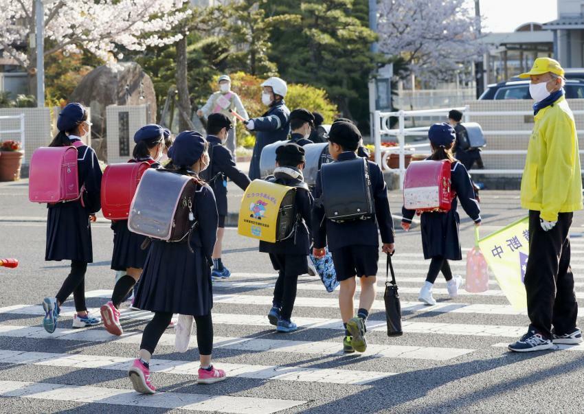 Học sinh tại thành phố Saga, tỉnh Saga trở lại trường, sáng 6/4. Ảnh: Kyodo/ Japan Today