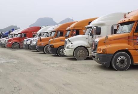 Xe hàng ùn ứ tại cửa khẩu Tân Thanh. Ảnh: Bình Minh