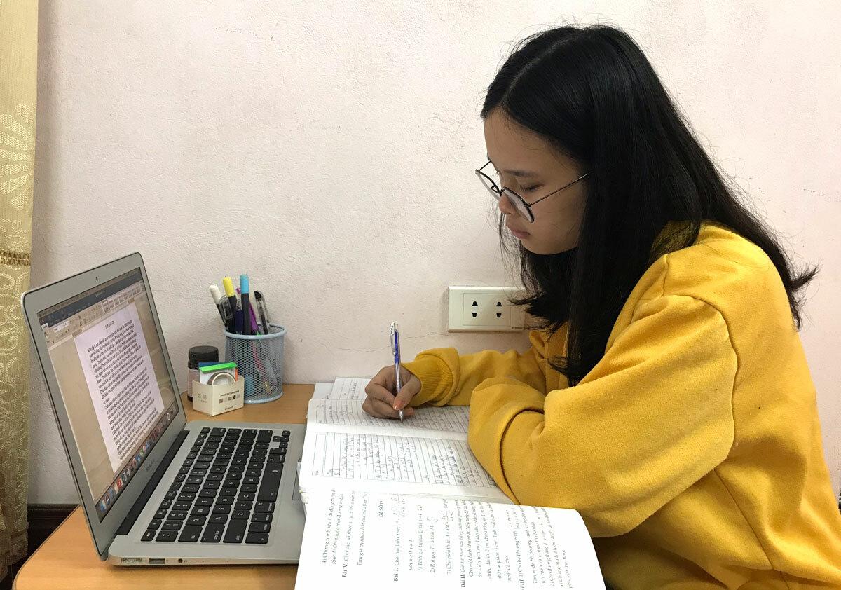 Phạm Hồng Anh học online tại nhà ngày 18/4. Ảnh: Tú Anh