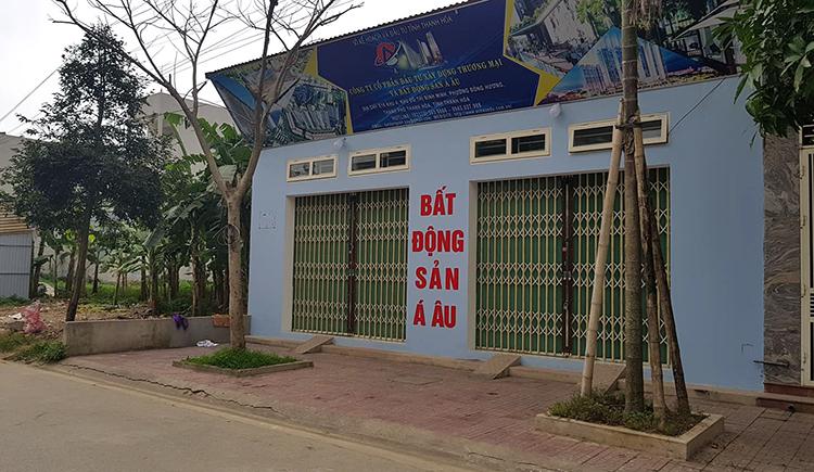 Trụ sở Cty Bất động sản Á Âu. Theo hàng xóm, căn nhà cấp 4 này mới được đại diện công ty thuê làm trụ sở, hoạt động khoảng một tháng nay. Sau vụ trúng độc, doanh nghiệp đã đóng cửa ngừng giao dịch. Ảnh: Lê Hoàng.