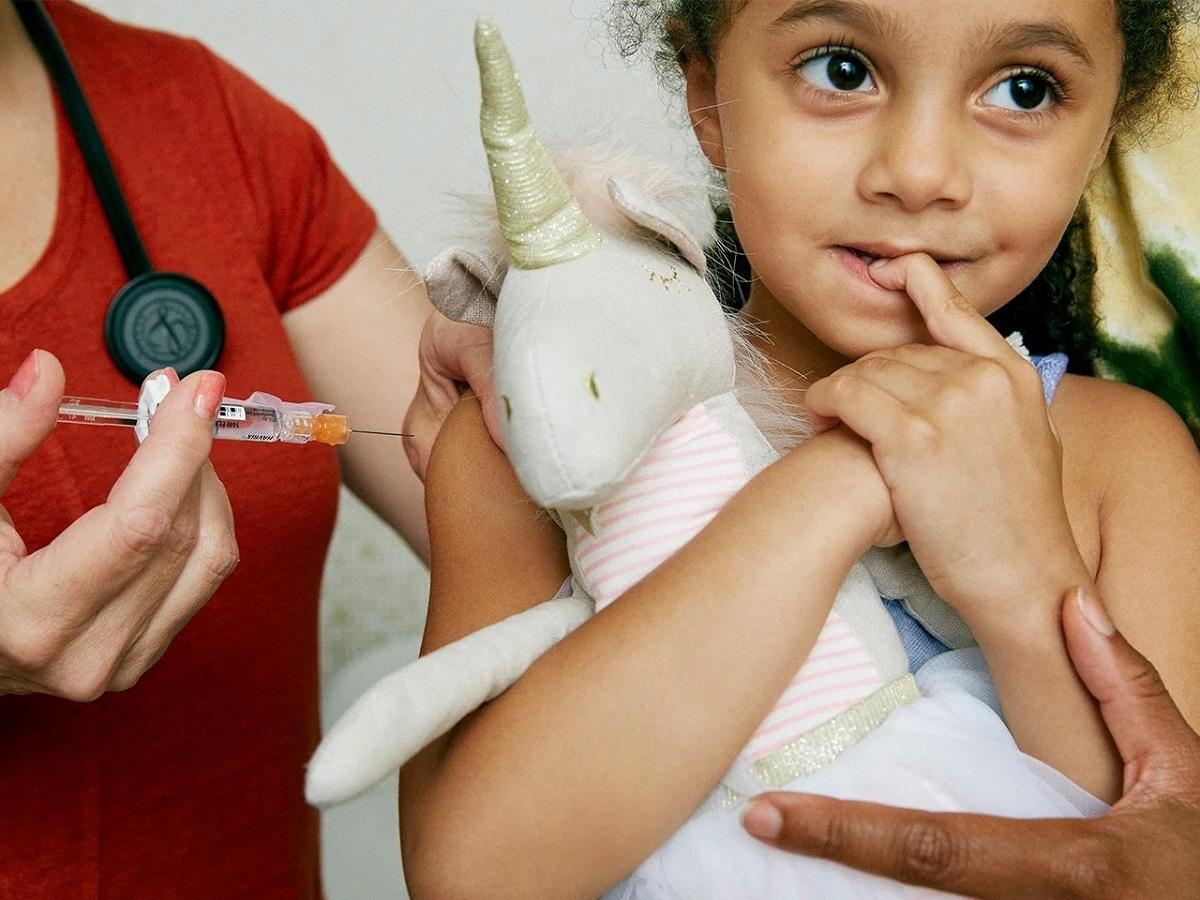 Mang theo gấu bông, chăn hoặc đồ chơi yêu thích của trẻ sẽ giúp trẻ thêm yên tâm, bớt lo lắng khi tiêm. Ảnh: Self.