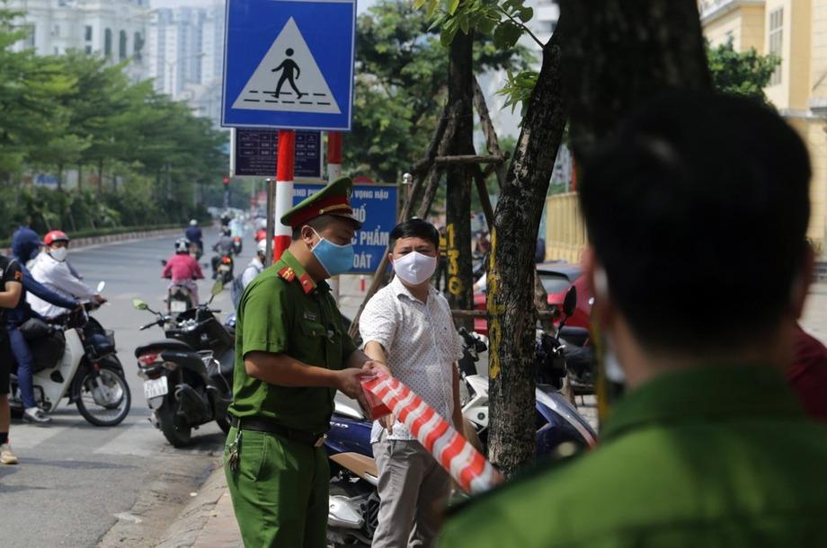 Công an căng dây phong toả khu vực nhà hàng 106 Trần Thái Tông. Ảnh: Tất Định.