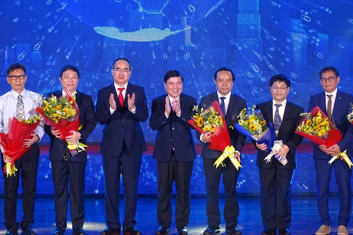 Lãnh đạo TP HCM tặng hoa chúc mừng các thành viên Hội đồng. Ảnh: Hà An.