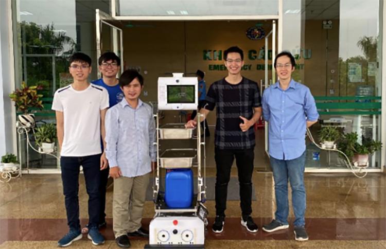Robot Beetle Bot thử nghiệm tại Bệnh viện Nhiệt đới Trung ương. Ảnh: NVCC.