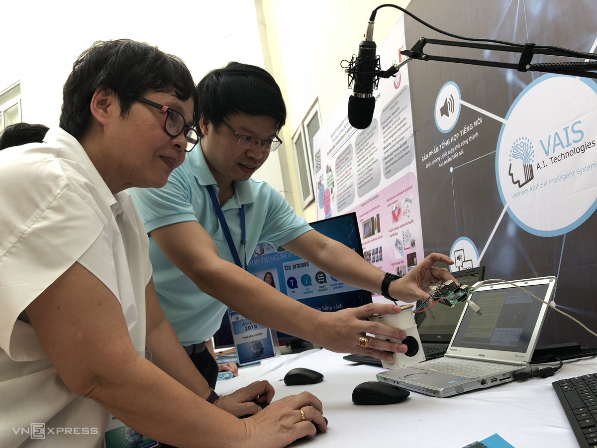 PGS Lương Chi Mai (áo trắng) giới thiệu phần mềm chuyển giọng nói thành văn bản. Ảnh: BC.