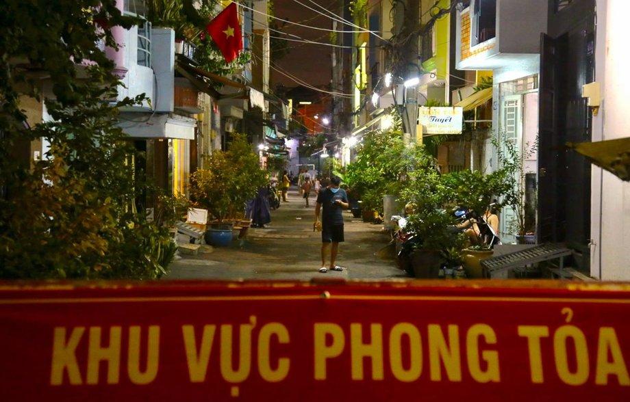 Hẻm trên đường Phạm Văn Chí, quận 6, nơi gia đình bé trai một tuổi nhiễm nCoV bị phong tỏa tối 1/12. Ảnh: Đình Văn.