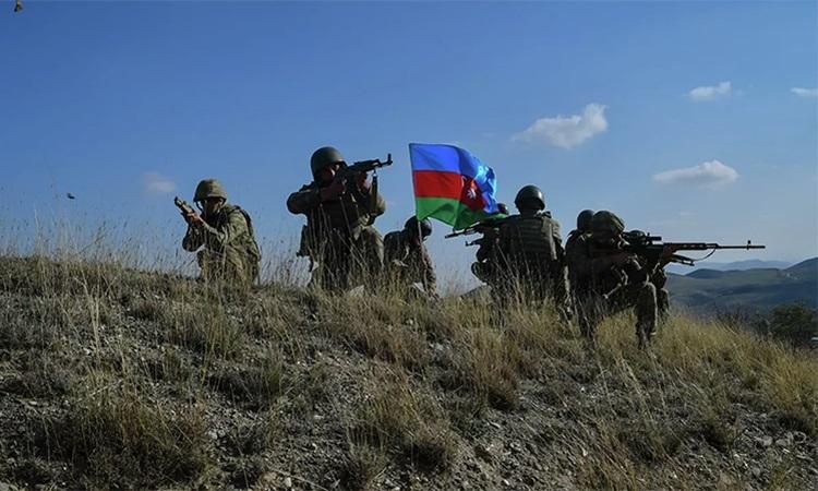 Lính Azerbaijan dựng cờ trên một cao điểm gần làng Talish, ngày 23/10. Ảnh: RIA Novosti.