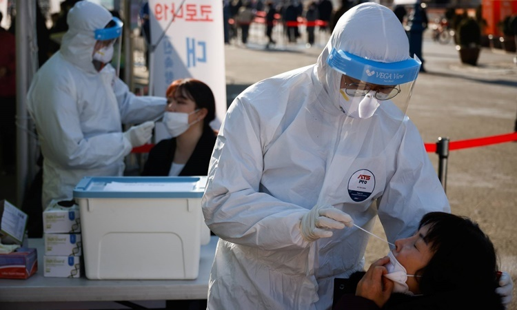 Một điểm xét nghiệm Covid-19 tại thủ đô Seoul, Hàn Quốc, ngày 21/12. Ảnh: Reuters.