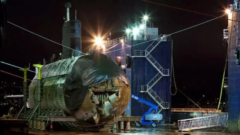 HMCS Corner Brook trong nhà máy sau cú va chạm đáy biển năm 2011. Ảnh: CBC.