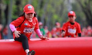 Runner nhí vượt chướng ngại vật trên đường chạy 1.000 m