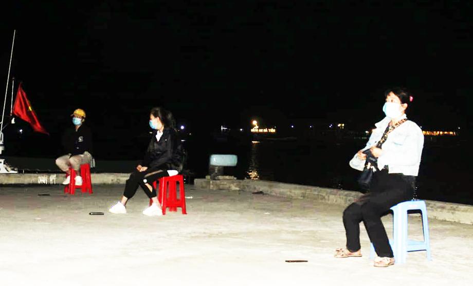 Ba trong bốn phụ nữ vượt biên vào Hà Tiên bị lực lượng tuần tra bắt giữ tối 2/1. Ảnh: Nguyễn Vũ