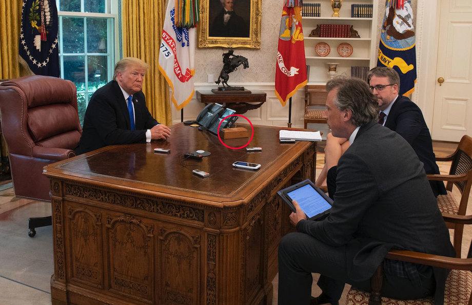 Nút bấm gọi nước ngọt (khoanh đỏ) trên bàn làm việc của Trump. Ảnh: Twitter/Tom Newton Dunn.