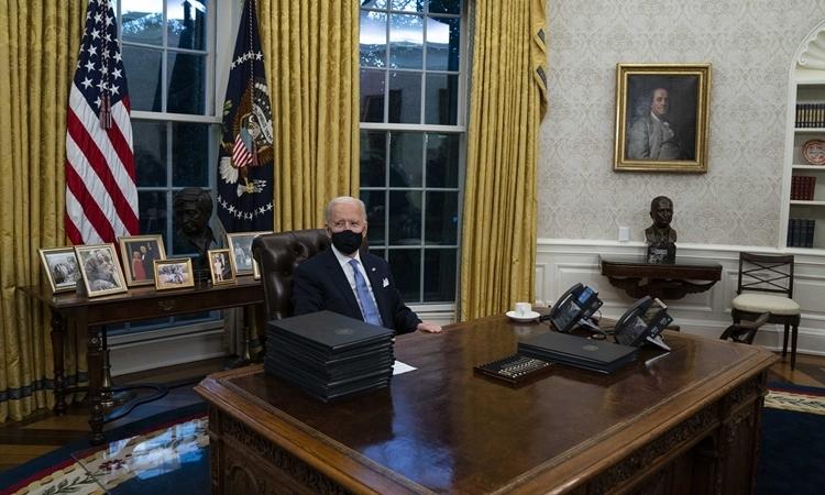 Tổng thống Mỹ Joe Biden trong Phòng Bầu dục được bài trí lại sau khi ông nhậm chức hôm 20/1. Ảnh: AP.