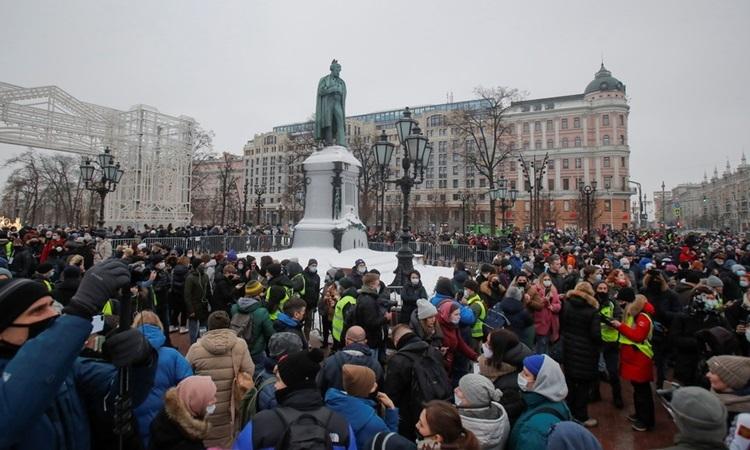 Người ủng hộ Navalny biểu tình ở trung tâm thủ đô Moskva, Nga hôm nay. Ảnh: Reuters.